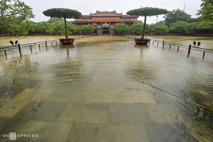 Điện Thái Hòa bị ngập. Trung tâm Bảo tồn Di tích cố đô Huế đã ngăn lưới sắt xung quanh hai hồ trước di tích này để đàn cá chép, cá koi không theo dòng nước lũ ra ngoài.
