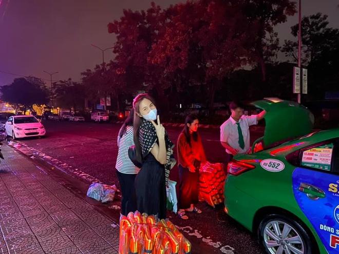 Nữ ca sĩ mua nhu yếu phẩm ở Huế. Ảnh: FBNV.