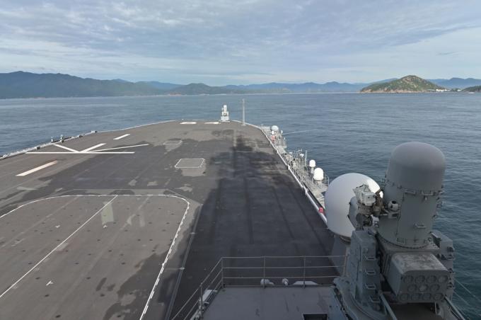Tàu sân bay trực thăng JS Kaga đang hướng vào cảng quốc tế Cam Ranh. Đây là tàu chiến lớn nhất của Nhật Bản. Con tàu này đã được lên kế hoạch nâng cấp để triển khai tiêm kích tàng hình F-35B.