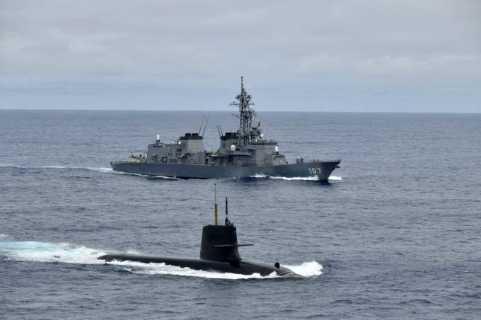 Tàu ngầm Shoryu và tàu khu trục Ikazuchi trên Biển Đông. JS Shoryu (510) là một trong những tàu ngầm điện-diesel hiện đại nhất của Nhật Bản, tàu thứ 10 thuộc lớp Soryu, được đưa vào sử dụng từ tháng 3/2019. Tàu ngầm này có lượng choán nước khi nổi 2.900 tấn, 4.200 tấn khi lặn.