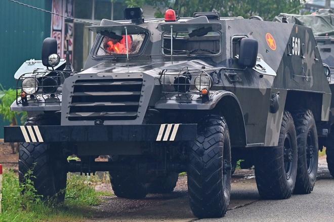 Lực lượng cứu hộ điều xe đặc chủng đến hiện trường. Ảnh: Linh Trường.