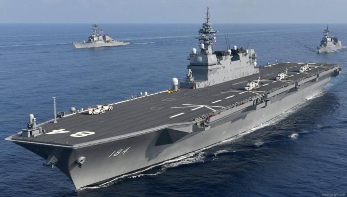 JS Kaga làloại tàu khu trục trực thăng. Tàu có chiều dài 248 m, rộng 38 m, mớn nước 7,5 m, lượng choán nước toàn tải 27.000 tấn.