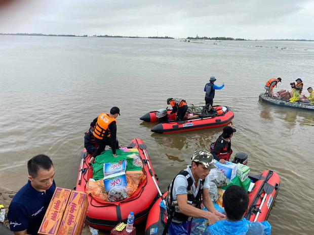 Đội sử dụng cano và SUP để vận chuyển lương thực đến tận nhà người dân. (Ảnh: Biệt đội cano 0 đồng)