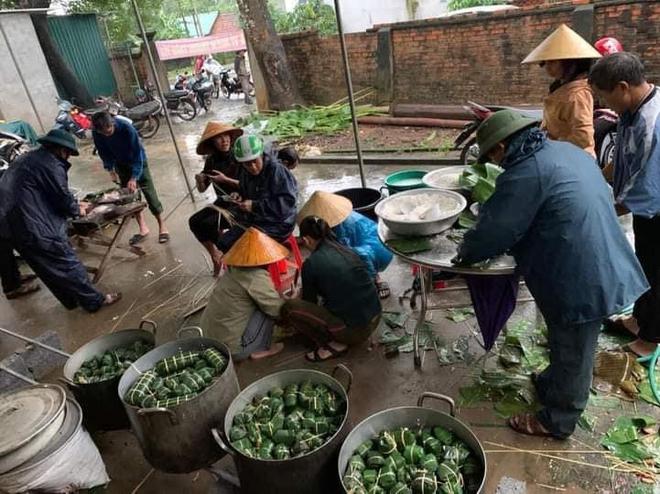 Tại Nghệ An, mọi người đang khẩn trương nấu bánh chưng và đồ ăn khôđể kịp gửi vào tiếp tế cho bà con vùng lũ Hà Tĩnh, Quảng Bình, Quảng Trị, TT Huế...