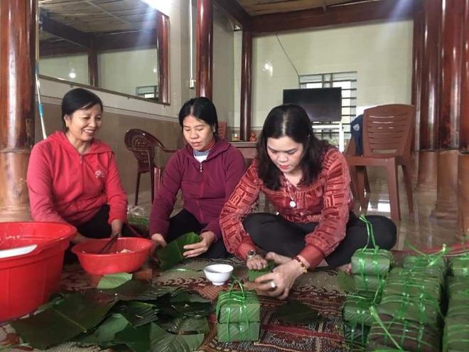 Người dân thị trấn Hương Khê đang tập trung chuẩn bị góp sức để gói 1000 bánh chưng cùng nhu yếu phẩm, áo phao để kịp đưa vào cứu trợ Quảng Trị.