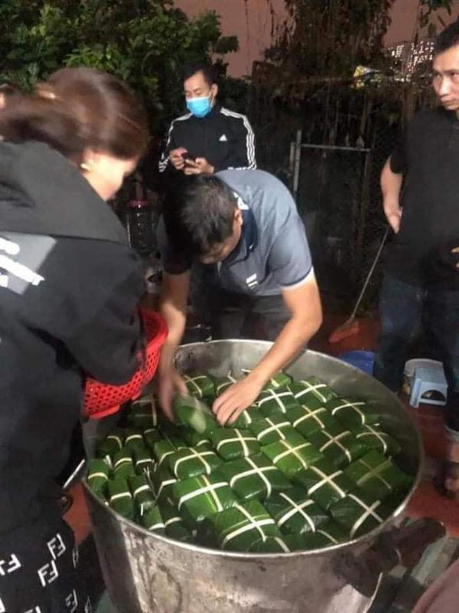 Người dân làng La Phù (huyện Hoài Đức, HN) đã gói những chiếc bánh chưng để tiếp tế tới bà con miền Trung.Đến tối 19/10, mọi người đã gói được khoảng 2000 chiếc và đang chờ luộc chín để gửi cứu trợ.