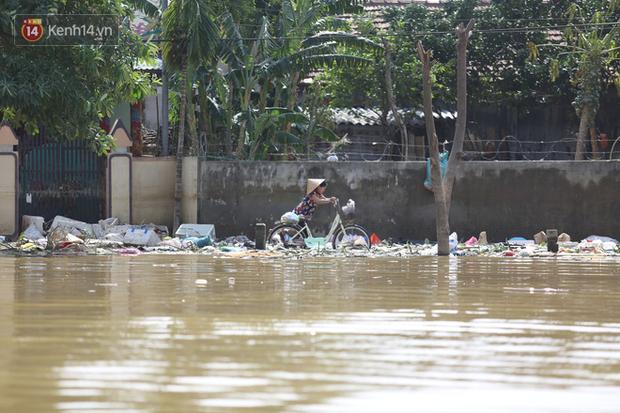 Việc di chuyển của người dân gặp nhiều khó khăn do có nhiều rác.