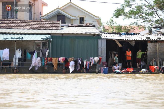 Người dân tất bật giặt giũ, lau rửa nhà cửa sau lũ ở xã An Thủy, huyện Lệ Thủy.