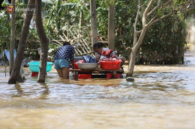 Sau khi nước rút khỏi, nhiều gia đình tranh thủ dọn dẹp, tìm kiếm đồ đạc còn sót lại.