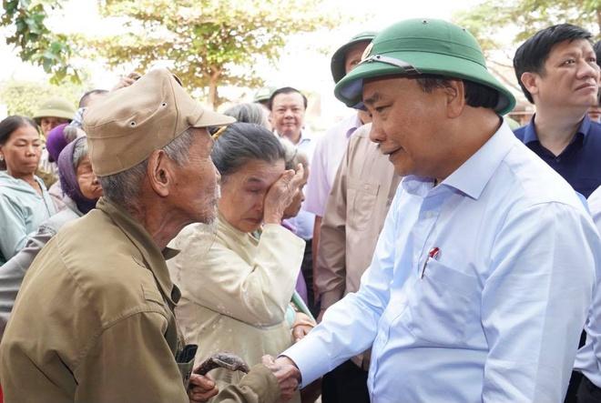 Thủ tướng Nguyễn Xuân Phúc vào Quảng Bình để kiểm tra công tác khắc phục hậu quả mưa lụt và thăm hỏi, động viên, tặng quà cho người dân. Ảnh: VGP.