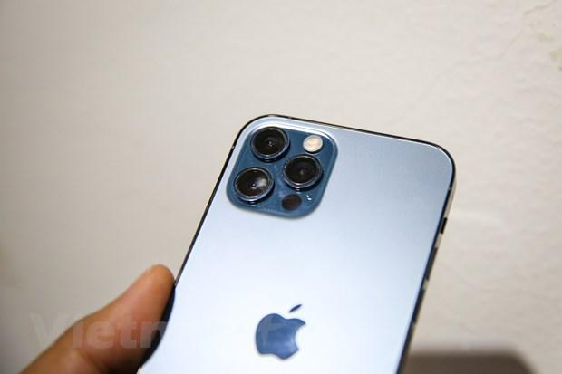 Mặt sau iPhone 12 Pro được phủ lớp kính nhám trong khi viền lại bóng bẩy tạo nên vẻ sang trọng, cứng cáp cho mẫu máy này. (Ảnh: Minh Sơn/Vietnam+)
