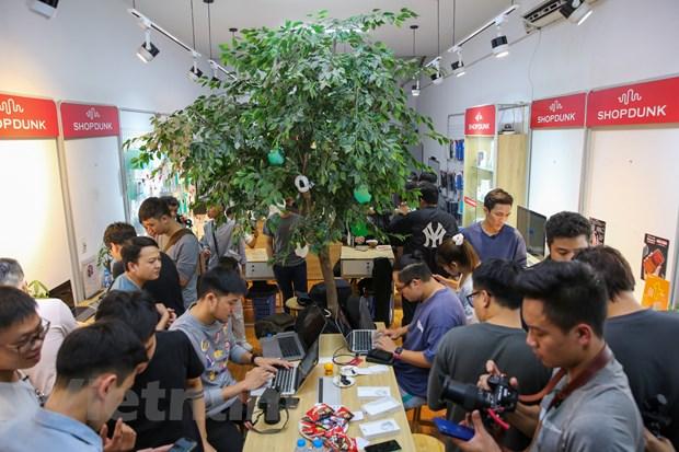 Rất đông người hâm mộ Apple đã có mặt tại một cửa hàng di động trên phố Cầu Giấy, Hà Nội để trải nghiệm những chiếc ịPhone 12 đầu tiên về Việt Nam. (Ảnh: Minh Sơn/Vietnam+)
