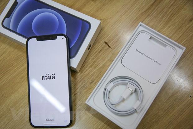 Hộp thế hệ iPhone 12 đã mỏng hơn, không còn các phụ kiện cơ bản như sạc, tai nghe EarPods. Máy được bán kèm dây cáp USB-C Lightning. Cục sạc 18 W thế hệ cũ, tương thích với sợi cáp này được bán với giá gần 900 ngàn đồng tại Việt Nam. (Ảnh: Minh Sơn/Vietnam+)