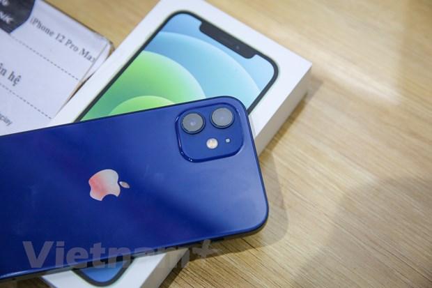 Thiết kế iPhone 12 được coi là sự tổng hoà giữa vẻ đẹp hiện đại và vẻ đẹp hoài cổ. iPhone 12 nặng 164 gram, nhẹ hơn khá nhiều so với con số 194 gram trên iPhone 11. Máy cũng nhỏ hơn thế hệ trước. Vì thế, cảm giác cầm iPhone 12 gọn, nhẹ. Sự thay đổi về trọng lượng có thể đến từ kích thước, chất liệu khung, mặt kính phía trước. (Ảnh: Minh Sơn/Vietnam+)