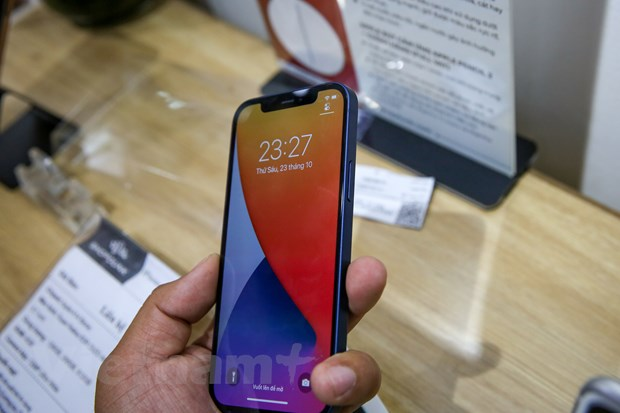 Ở mặt trước, máy vẫn có thiết kế 'tai thỏ' quen thuộc của Apple trong vài năm trở lại đây. Nâng cấp nổi bật nhất trên iPhone 12 so với thế hệ trước là màn mình. Màn hình trêniPhone 12có kích thước 6,1 inch, dùng tấm nền OLED thay cho IPS trên iPhone 11. Viền màn hình nhỏ giúp ngoại hình của iPhone 12 bớt thô kệch so với iPhone đời trước. (Ảnh: Minh Sơn/Vietnam+)