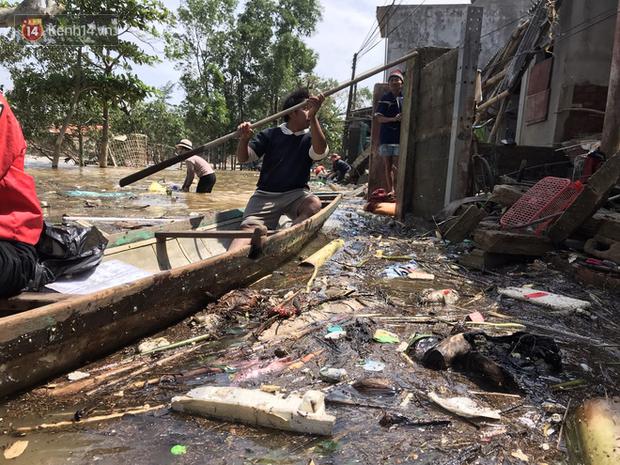 Nhiều khu vực rác ứ đọng lại từng đống, người dân chèo thuyền đi nhận hàng cứu trợ phải rất vất vả mới đi qua được