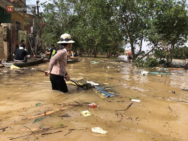 Nước rút sau lũ, người dân Quảng Bình bơi trong