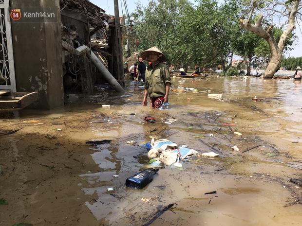 Sau lũ, nhiều khu vực tại huyện Lệ Thủy, tỉnh Quảng Bình rác thải ngập ngụa, bốc mùi hôi thối, xác động vật chết nằm rải rác.
