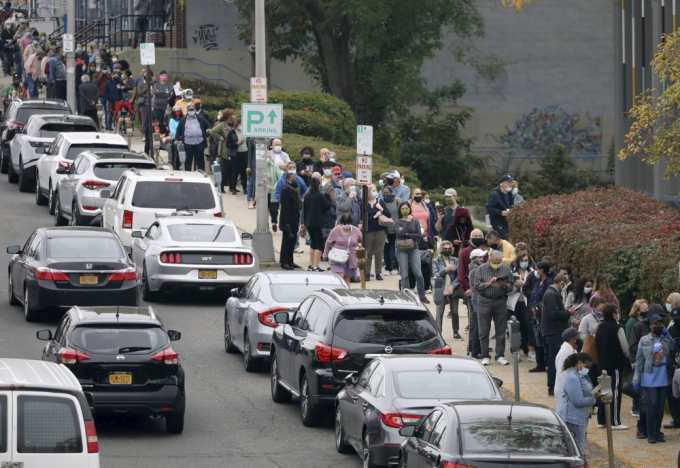 Bên ngoài Thư viện Công cộng Yonkers, người đi bầu cử đứng kín làn đường dành cho người đi bộ.