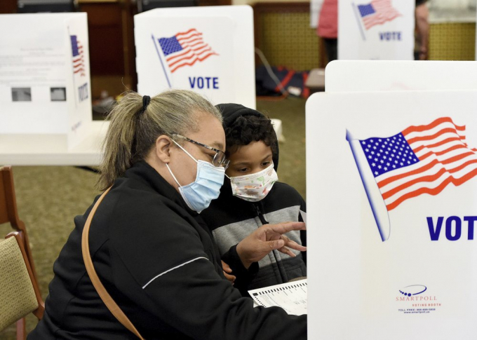 Nhân viên hỗ trợ tại các điểm bỏ phiếu ở Manhattan và Bronx đã hướng dẫn cử tri thực hiện các quy định giãn cách xã hội.