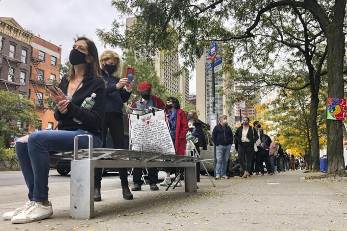 New York hiện chỉ có 280 điểm bỏ phiếu sớm. Cử tri được phép đi bầu cử cho đến hết ngày 1/11, sau đó các điểm bỏ phiếu sẽ đóng cửa trong 1 ngày trước khi hoạt động trở lại vào ngày bầu cử 3/11.