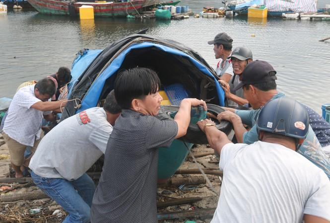 Người dân Đà Nẵng giúp nhau di chuyển tàu thuyền lên bờ trước khi bão số 9 đổ bộ vào. Ảnh: Nguyễn Thành
