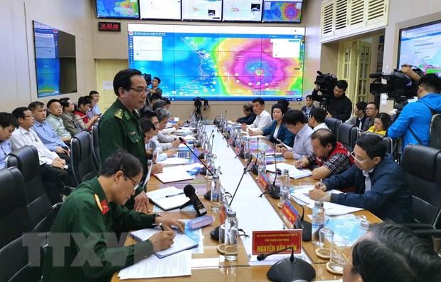 Đại diện các ngành chức năng báo cáo tình hình diễn biến cơn bão số 9. (Ảnh: Thành Đạt/TTXVN)