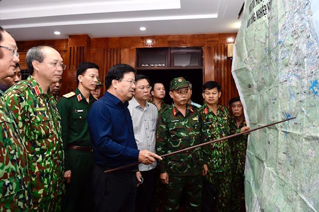 Phó Thủ tướng Trịnh Đình Dũng thảo luận phương án cứu hộ, cứu nạn các nạn nhân vụ sạt lở đất. Ảnh: VGP/Nhật Bắc