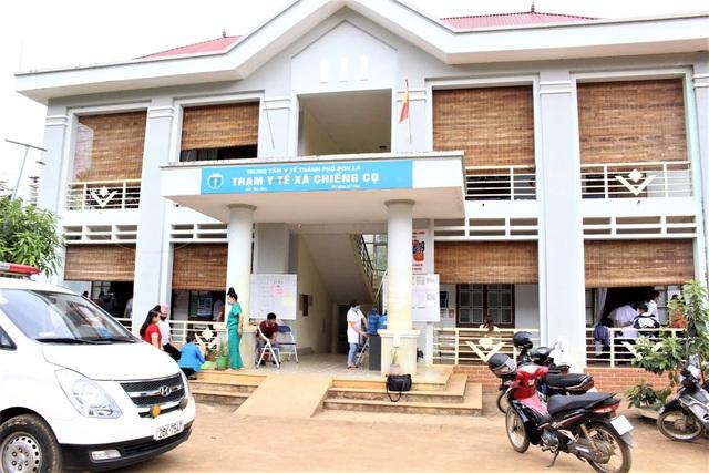 Các em học sinh có biểu hiện ngộ độc được sơ cứu, cấp cứu tại Trạm Y tế xã Chiềng Cọ.