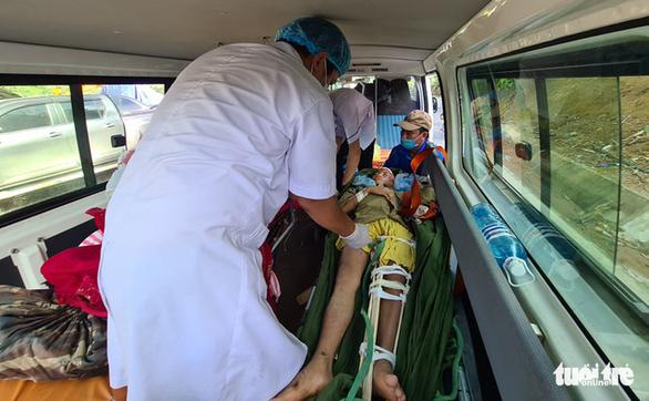 Các nạn nhân đang được đưa lên xe cấp cứu ra khỏi hiện trường vụ sạt lở - Ảnh: NGỌC HIỂN