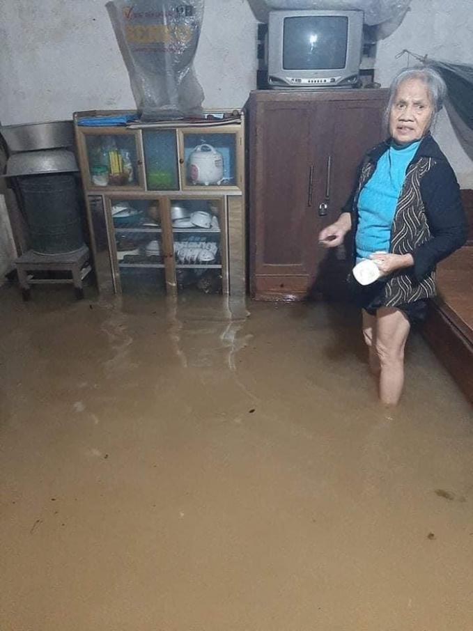 Nước dâng cao, tràn vào nhà khiến người dân không kịp trở tay.