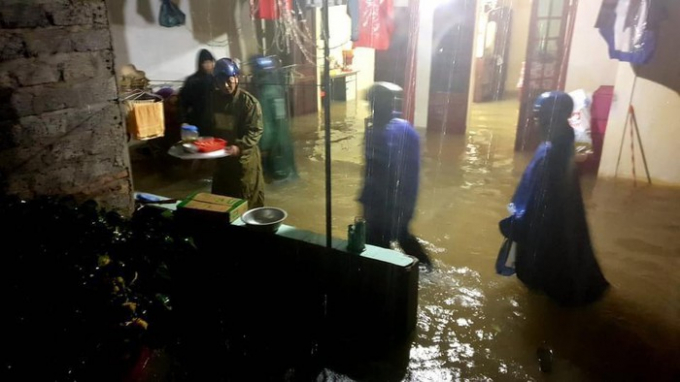 Tại huyện Thanh Chương, mưa lớn khiến lở Rú Nguộc, 2 cầu tạm bị nước cuốn trôi, nhiều xã bị cô lập. Chính quyền địa phương đã nhanh chóng di dời các hộ dân đến nơi an toàn.