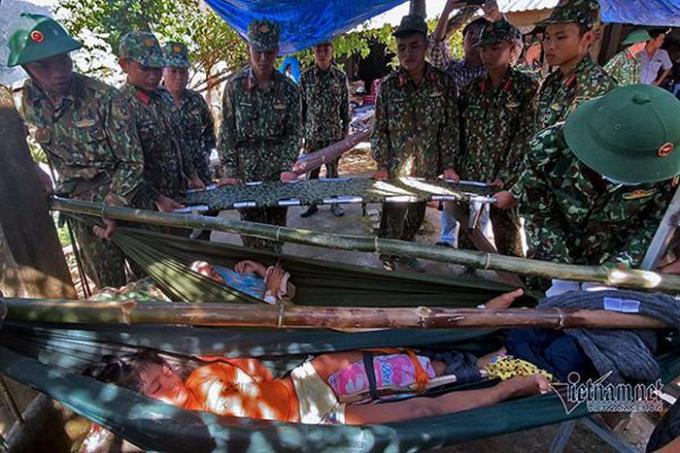 Nhiều người bị thương trong vụ sạt lở xã Trà Leng được lực lượng cứu hộ đưa ra ngoài.