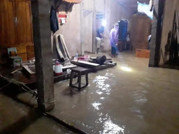 Nhiều nơi có nguy cơ sạt lở như Châu Khê, Cam Lâm, Lạng Khê,… Tại Thị trấn Con Cuông, 16 hộ gia đình tại xóm Cầu khối 4 bị cô lập hoàn toàn.