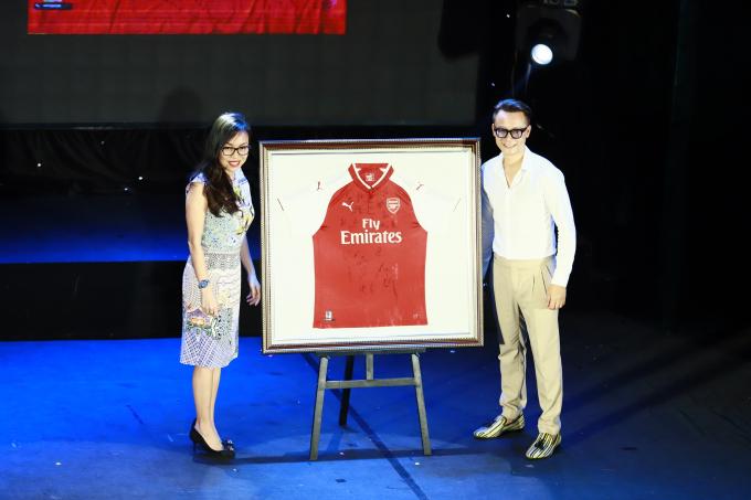 Vợ ca sỹ Hoàng Bách đấu giá thành công aó đội tuyển Arsenal với mức giá 1000$.