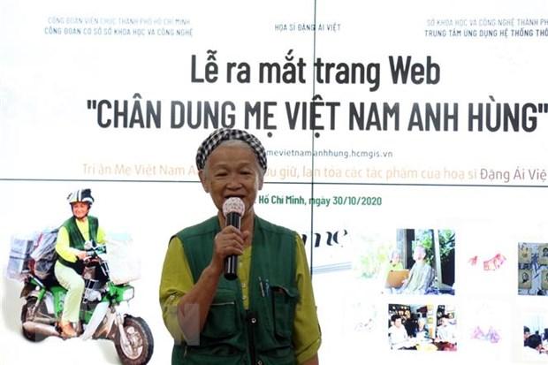 Họa sỹ Đặng Ái Việt giao lưu tại buổi ra mắt trang web Chân dung Mẹ Việt Nam Anh hùng. (Ảnh: Tiến Lực/TTXVN)