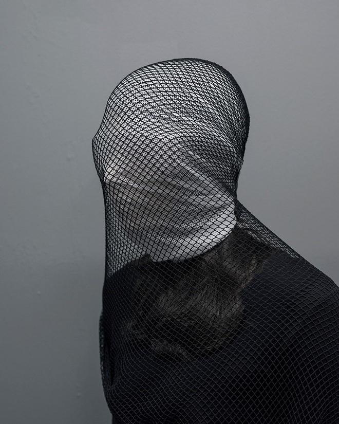 Nữ nhiếp ảnh gia khắc họa tổn thương của con người trong cuộc sống hiện đại