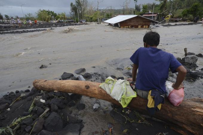 Ricardo Jalad, người đứng đầu cơ quan ứng phó thiên tai của chính phủ, lo ngại bão Goni có thể gây thiệt hại lớn. Ảnh:AP.