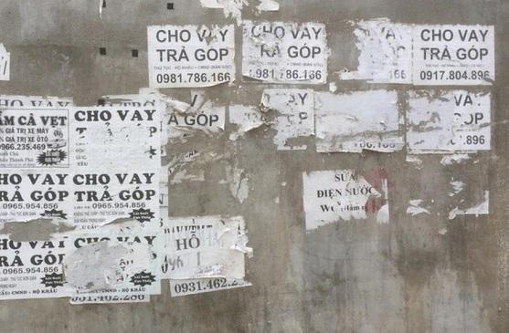 Những tờ quảng cáo cho vay tiền được dán nhan nhản trên các bức tường