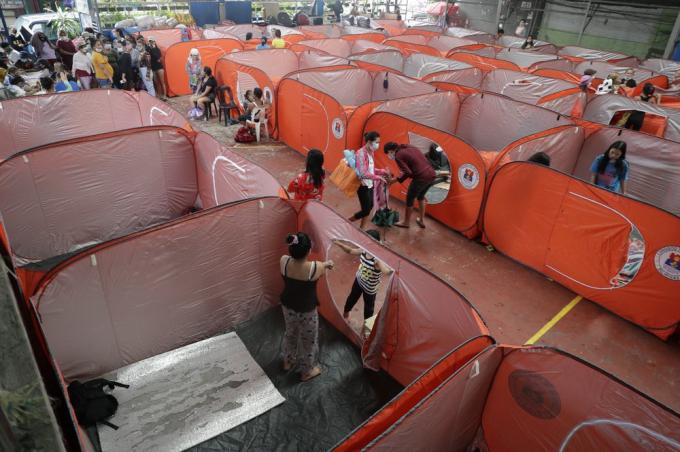 Thủ đô Manila đang trưng dụng một cung thể thao để làm nơi trú ẩn khẩn cấp cho người dân.Ảnh:AP.