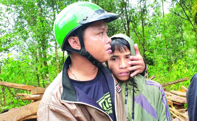 Lê Thanh Tú gục đầu vào vai thầy Hồ Văn Việt khi nghe nhắc về cha - Ảnh: Đình Dũng