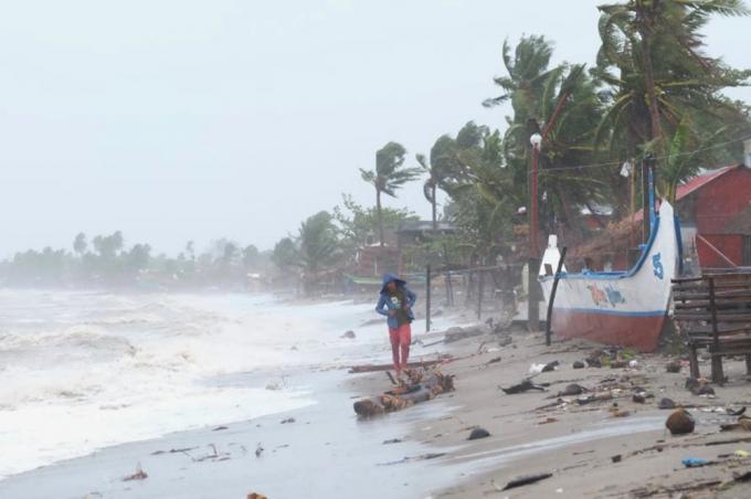 Siêu bão mạnh nhất thế giới nhấn chìm 150 ngôi nhà ở Philippines