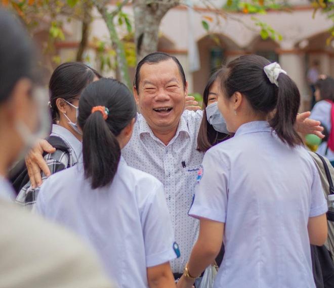 Thầy Nguyễn Hồng Phước chia tay học sinh trước khi về hưu.