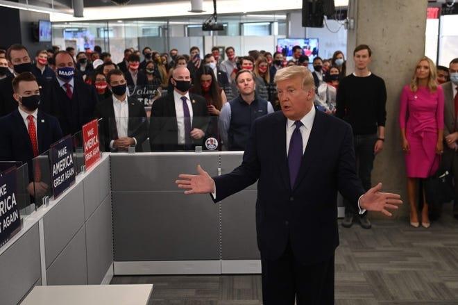 Tổng thống Mỹ Donald Trump đến thăm trụ sở chiến dịch tranh cử quốc gia của ông ở Arlington, bang Virginia, vào chiều 3/11