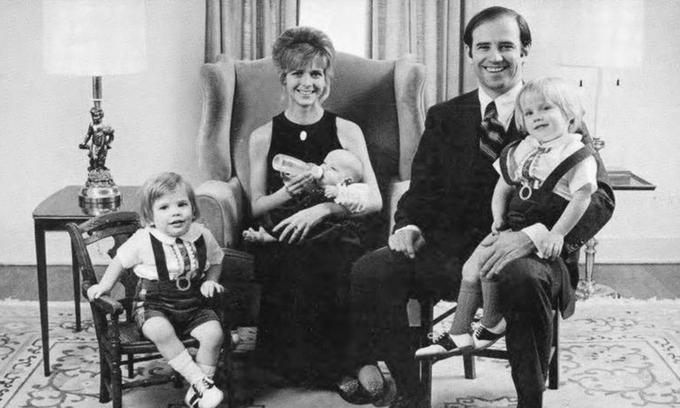 Ảnh chụp Joe Biden cùng vợ Neilia Hunter và ba con năm 1972. Ảnh: Delaware Public Archives.