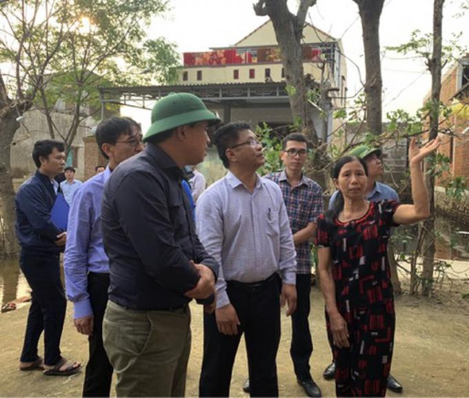 Thứ trưởng Bộ Xây dựng Lê Quang Hùng cùng đoàn công tác của Bộ Xây dựng khảo sát, đánh giá hiệu quả mô hình nhà chống lũ tại Quảng Bình. Ảnh: TP