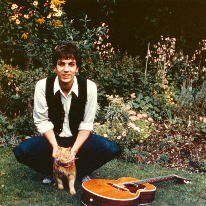 Syd và chú mèo Frisky năm 1964. Ảnh: The Estate of Roger Keith Barrett.