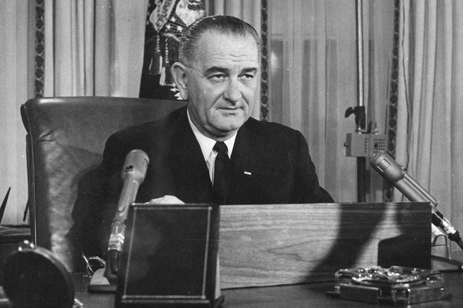 Cựu Tổng thống Lyndon B. Johnsoncó hai con gái. Dù khá bận nhưng ông luôn ở bên các con khi cần thiết. Ông đã giúp các con học nhiều bài học về cuộc sống thông qua các vấn đề chính trị như dân quyền hoặc giáo dục. Một trong hai người con gái của ông - bà Luci Baines Johnson, cho biết bà từng nhận được thư tay của cha vào sinh nhật 17 tuổi.