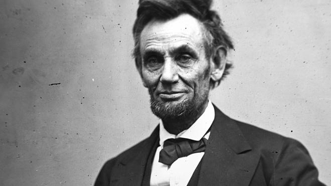 Cựu Tổng thống Abraham Lincoln có 4 người con trai.Trong đó, Tad và Willie, con trai thứ 3 và con trai út của ông Lincoln thường xuyên bày trò quậy phá trong Nhà Trắng nhưng không bao giờ bị trách phạt.Lý do màTổng thống thứ 16 của Mỹ làm như vậy là vì ông cho rằng, việc chơi đùa với các con giúp ông giải tỏa căng thẳng sau những giờ làm việc.
