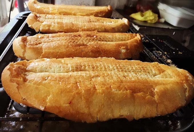 Quán bánh mì nướng muối ở Hà Nội ngày bán đến 500 chiếc, khách lúc nào cũng tấp nập